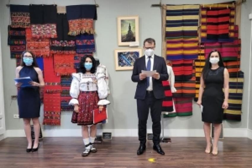 """""""Maramureș: tradiții și povești"""" - O expoziție expresivă, plină de culoare, cu parfum arhaic, dar și cu note de contemporaneitate."""