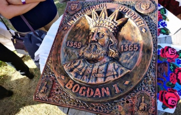 Un tablou cu Voievodul Bogdan I a fost oferit vicepremierului Moldovei de către reprezentanții Județului Maramureș aflați la Strășeni