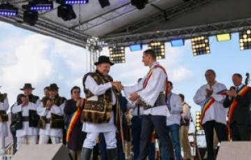 """Festivalul Interjudețean de Folclor """"Hora la Prislop"""" - un eveniment care reconectează oamenii la valorile culturale, la portul popular și la folclorul tradițional"""